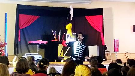 Spectacle Magicien Mateo pour les enfants avec Le Secours Populaire Français à Marguerittes Animation Triangle