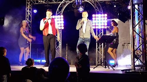 Groupe Triangle variétés internationales animation musicale avec chanteurs, chanteuses, danseuses, fête votive village